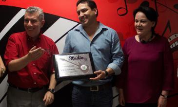 Julión Álvarez visita alumnos de Studio CM y los anima a superarse