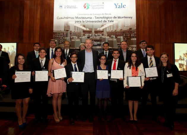 Entrega Cuauhtémoc Moctezuma becas a alumnos destacados para estudiar en la Universidad de Yale
