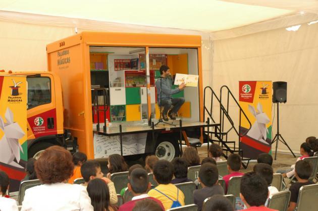 Benny Ibarra  leyó ante más de 200 niños en el móvil de Palabras Mágicas